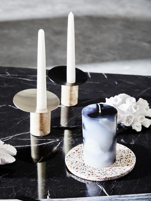 Czarny, marmurowy stolik kawowy ze złotym świecznikiem oraz podstawką z terazzo