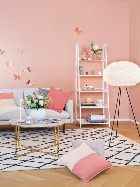 Wnętrze salonu z sofą, stolikiem kawowym, białą półką w kształcie drabiny i lampą