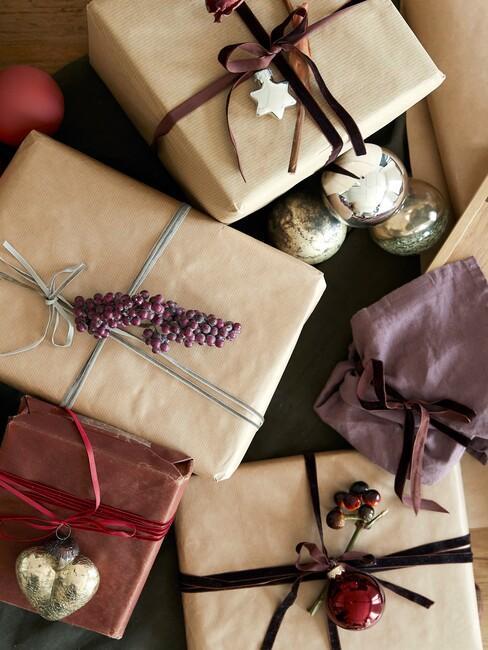 Prezenty świąteczne opakowane w ekologiczny, brązowy papier oraz furoshiki