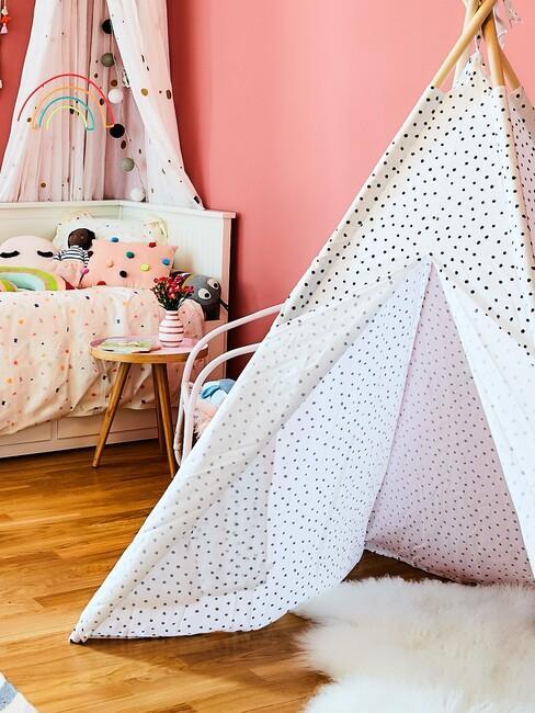 namiot tipi w pokoju dziecięcyym o różowych ścianach