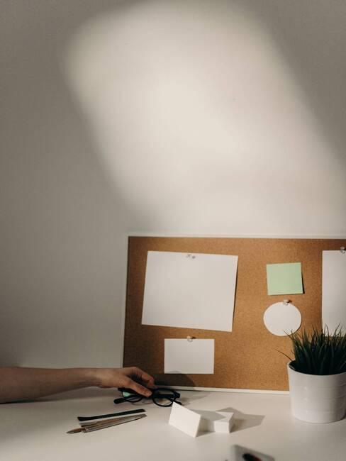 Ujęcie tablicy korkowej na tle jasnej ściany