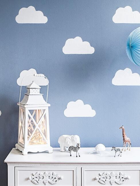 Zbliżenie na białą komodę w pokoju dziecięcym z dekoracjami
