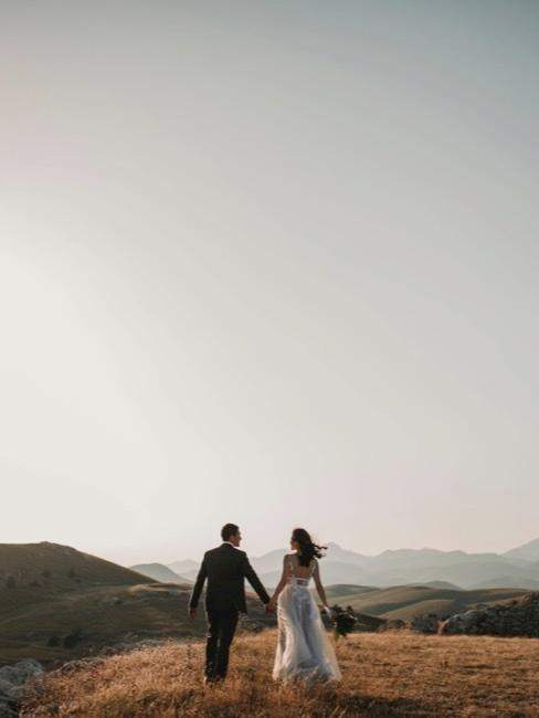 Paar an Hochzeit auf Berghügel