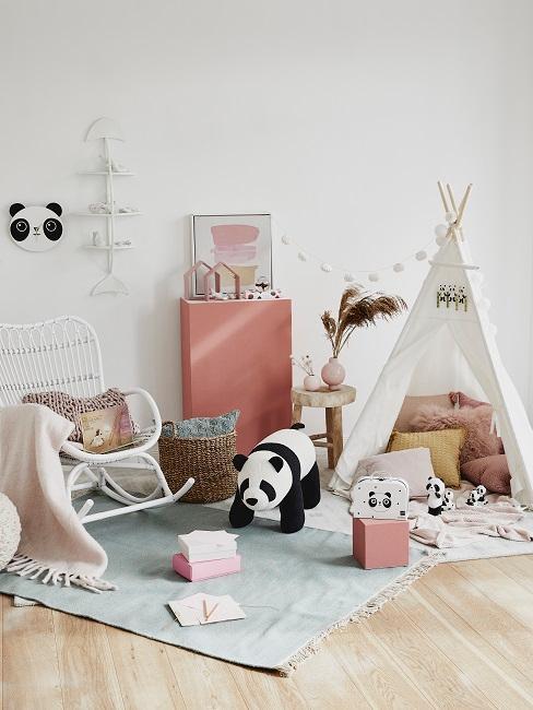 Ein kleines Zelt in einer Spielecke mit Teppich, Aufbewahrungskorb und Panda-Tieren