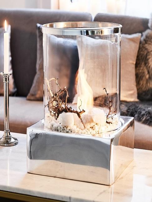 Tischkamin mit Glasumrandung auf einem Couchtisch vor einem Sofa