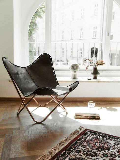Butterfly Sessel steht vor dem Fenster im Wohnbereich