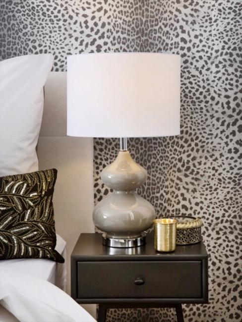 Afrika Style Tapete in Leopardenprint mit Tisch und Tischleuchte