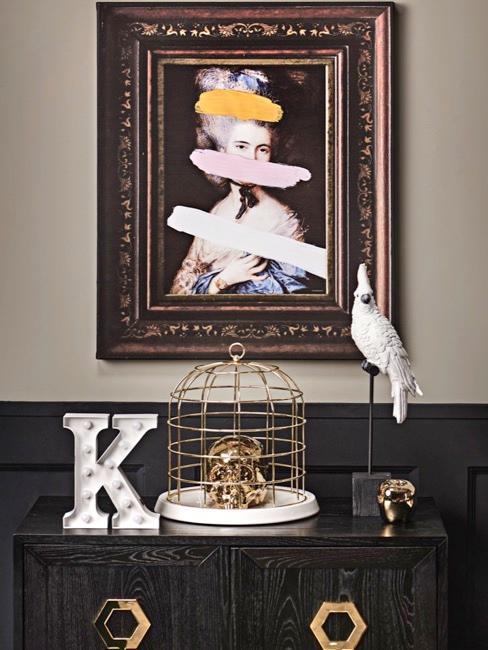 Close-up dressoir met excentrieke decoratie en kleuren