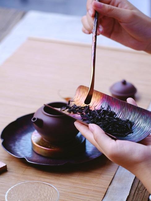 Teezeremonie Kanne aufegfüllt mit Teeblättern