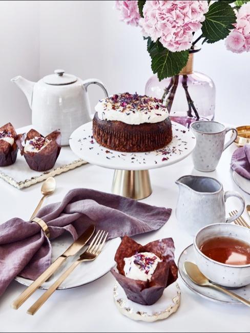 Nahaufnahme Esstisch mit weiß-goldener Tischdeko und selbstgemachtem Kuchen