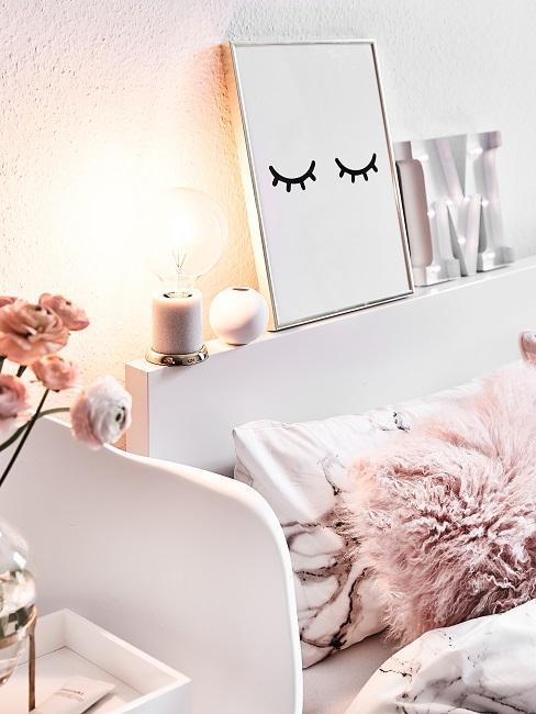 Bild auf dem Bettkopf inszeniert neben Leuchtelementen und Deko