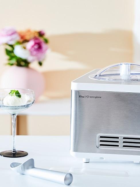 Eismaschine in der Küche in Silber