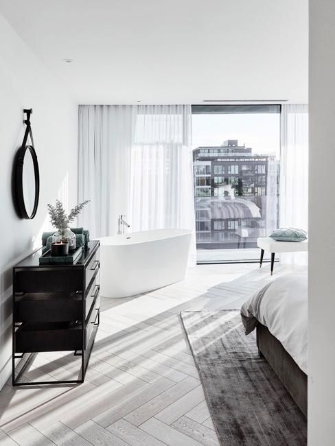 Sypialnia Delii Fischer z białymi zasłonami