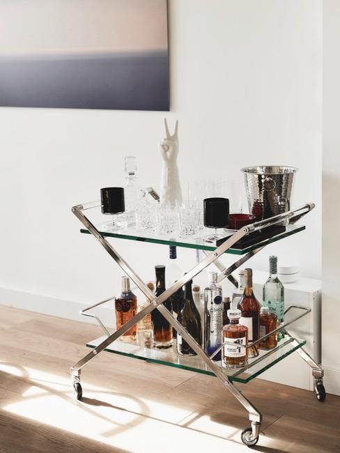 Longdrinkgläser auf silber Barwagen in Wohnzimmer