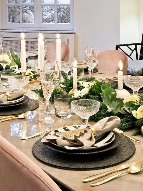 Weinachtliche Tischdeko auf einem Marmortisch im Essbereich