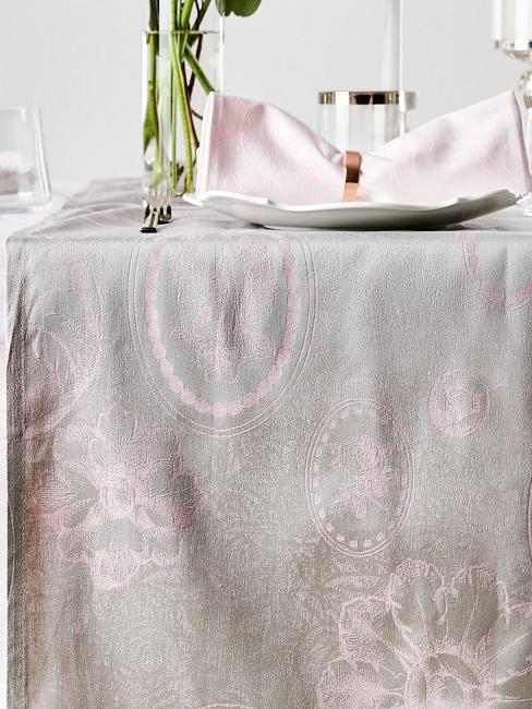 Tischdecke waschen: Weiße Tischdecke mit rosa Muster