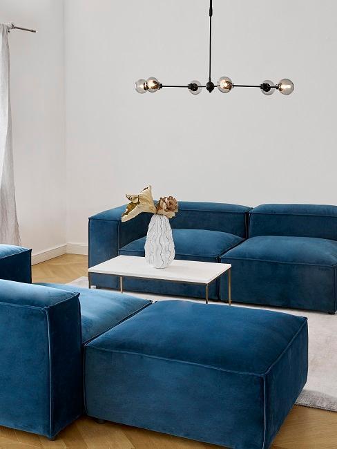 Wohnzimmer mit blauen Couchen