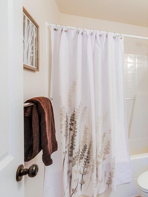 Duschvorhang in Weiß mit Blüten im Bad