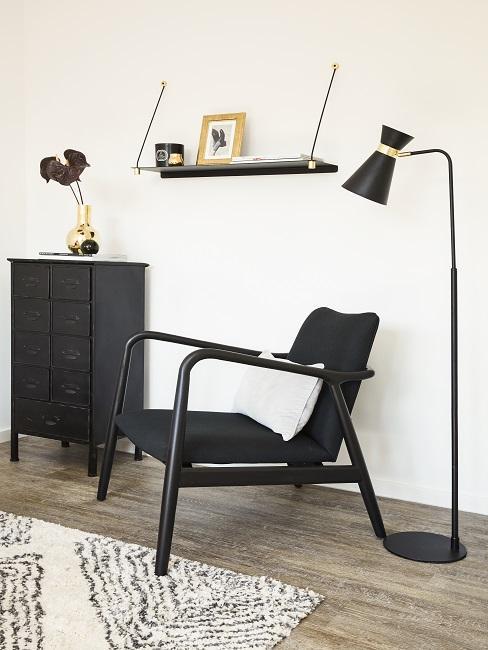 Luxus Wohnung einrichten schwarzer Stuhl neben Stehlampe und Kommode