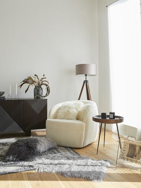 Luxus Wohnung einrichten weißer Sessel mit weißen Fellkissen