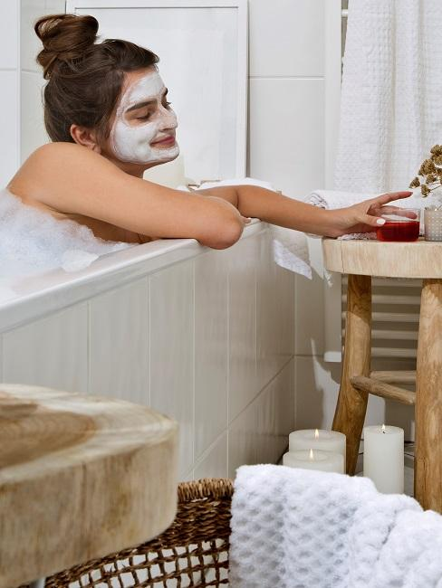 Entspannen Mädchen mit Gesichtsmaske in Badewanne