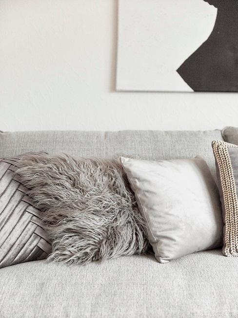 Zoom auf das Sofa von Motsi Mabuse mit vielen Kissen aus verschiedenen Materialien
