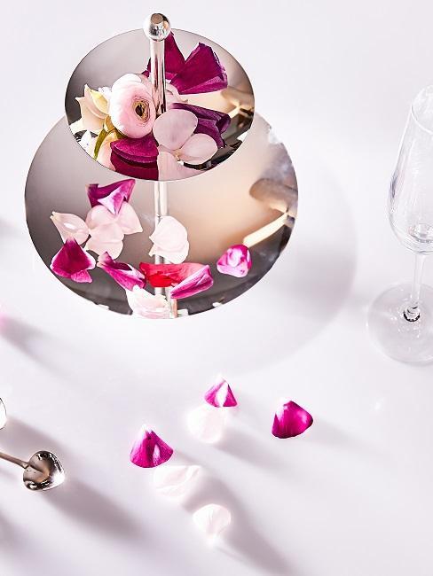 Etagere als Tischdeko mit Rosenblüten