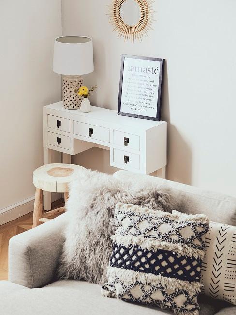 Boho Style Kissen in schwarz weiß auf grauem Sofa
