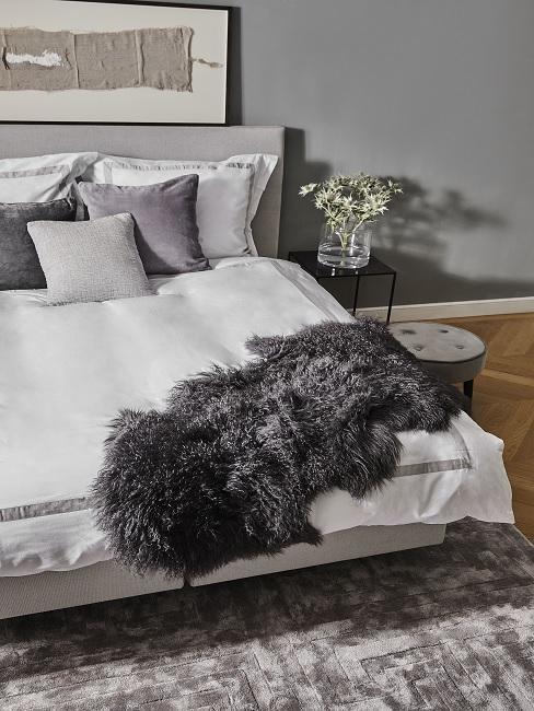 Modernes Schlafzimmer in Grau mit Kuschelfell