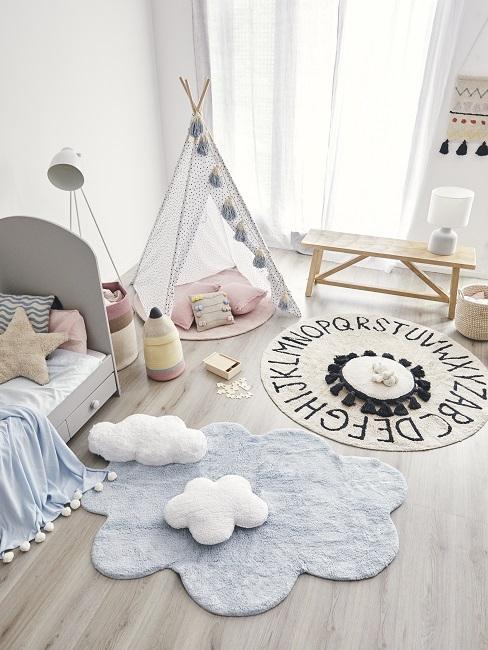 Schönes Kinderzimmer mit Teppichen, Tipi, Sitzbank und Lampen