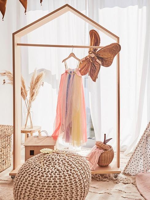 Kleiderstange mit buntem Kleid in Kinderzimmer