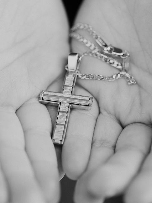 Kette mit Kreuzanhänger als Taufgeschenk für ein Mädchen