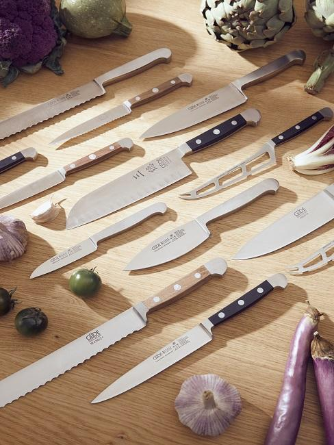 Viele Messer auf Kochplatte