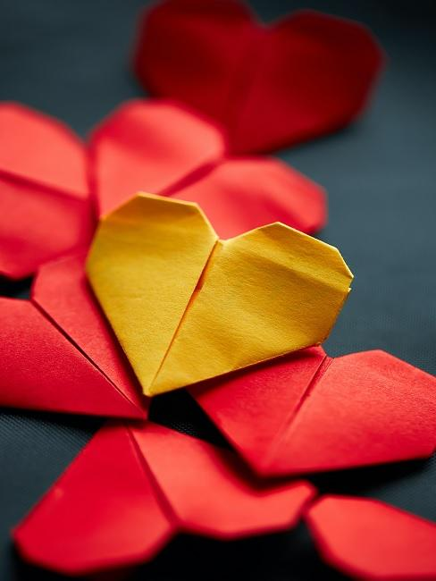 Origami Herzen in Rot und Gelb