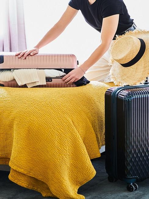 Frau macht Koffer zu