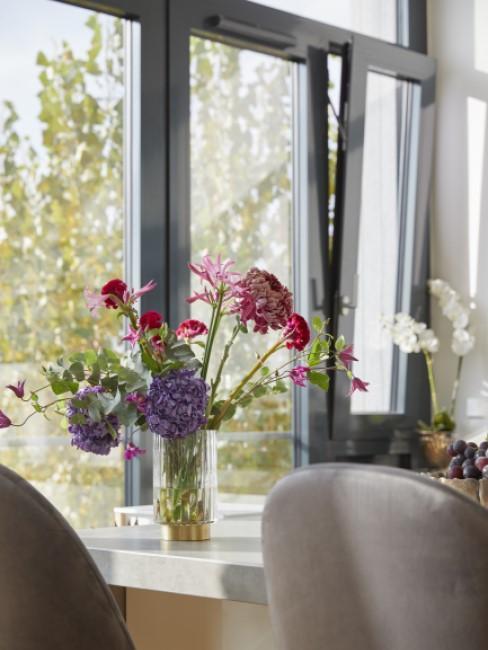Fenster putzen großes Küchenfenster mit Blumen davor