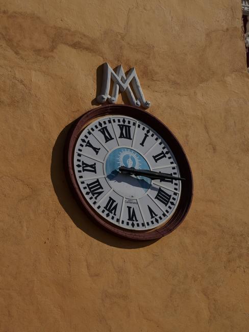 Reloj de pared en el exterior