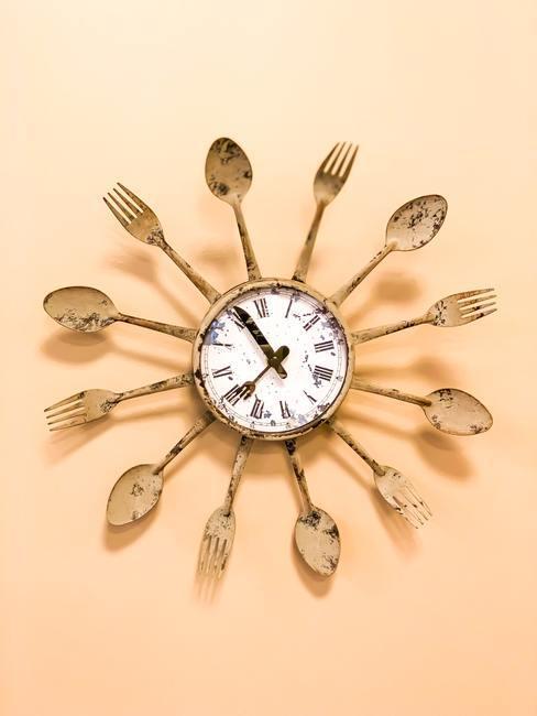 Reloj de pared dorado de estética vintage con cucharas y tenedores radiales