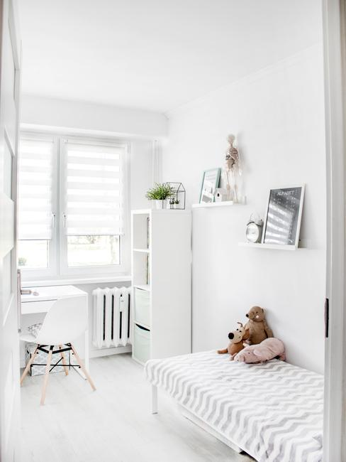 Kinderkamer met witte muren en eenvoudige decoratie