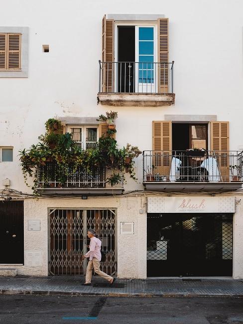 Wit mediterraans huis met balkonnen