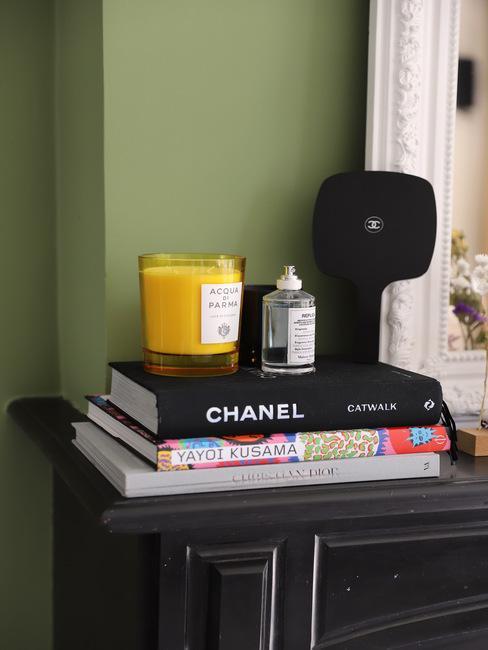 Zwarte schouw met boeken en kaarsen in Deens design