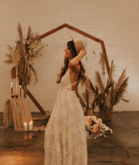 Panna Młoda na tle kwiatowej ścianki na wesele