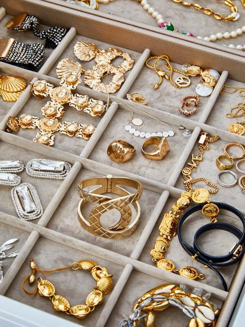 Szuflada z osobnyami przegrodami na złotą biżuterię