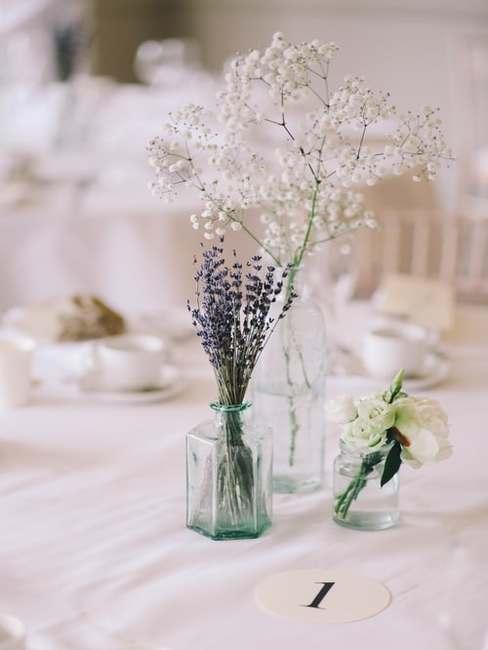 Kwiaty na stół weselny w szklanych wazonach