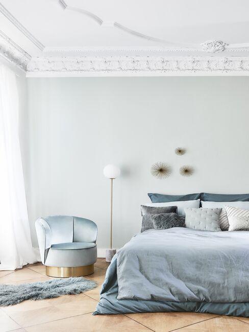 Sypialnia ze ścianą w kolorze miętowym i dekoracjami w odcieniach niebieskiego