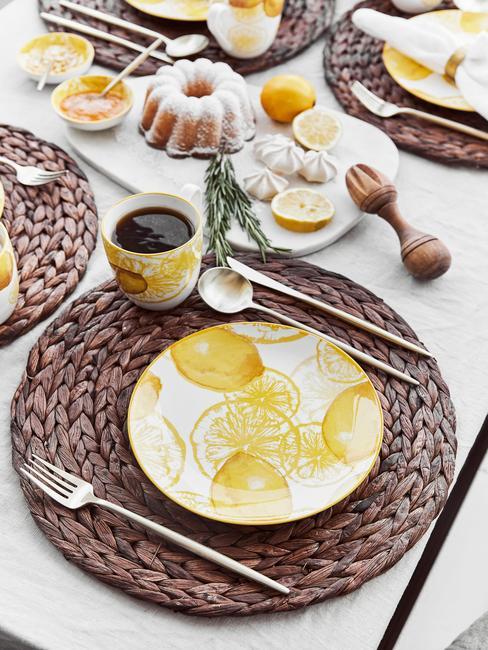 Zastawiony stół z żółtą zastawą