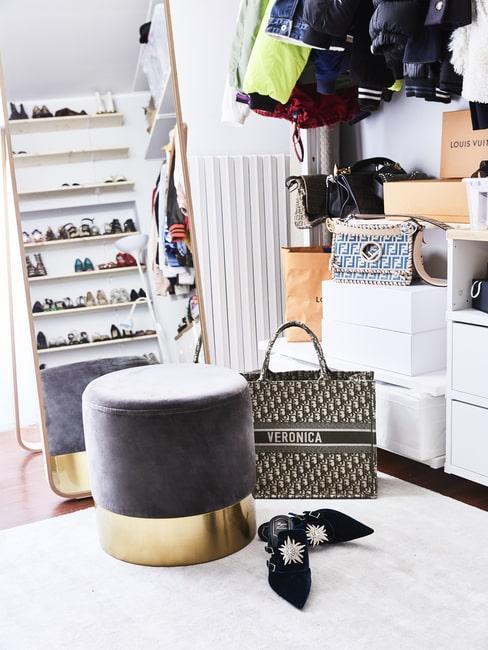 Torba, buty i aksamitny puf w garderobie