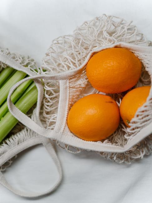 Ekologiczne siatki w owocami