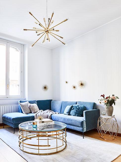 Niebieska sofa narożna z aksami