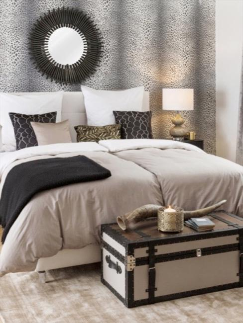 Chambre à coucher de style africain avec lit beige et papier peint en imprimé léopard